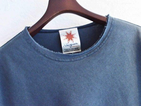 無地だけど、ナスングワムらしさの出たTシャツ